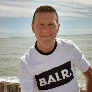Man in t-shirt bij het water