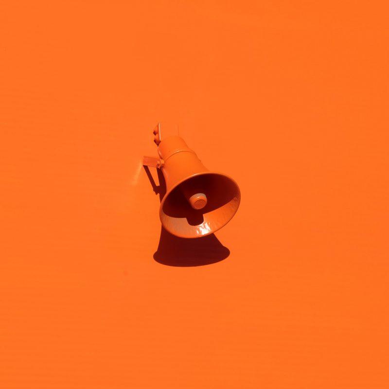 oranje megafoon
